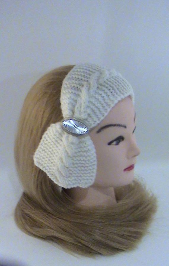 Повязка на голову белая с брошью, вязаная крупной вязкой