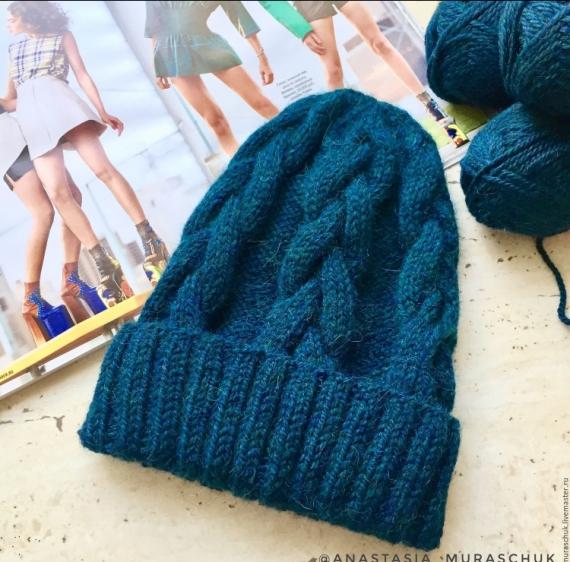 Вязанная шапка с косами