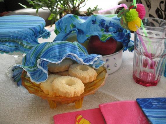 Крышка-чехол из ткани для хранения продуктов.