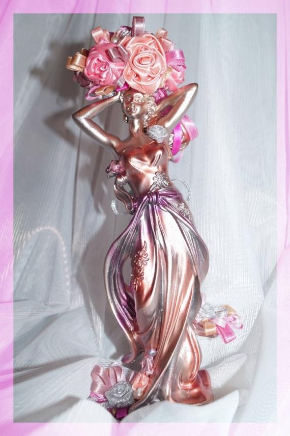 Статуэтка девушки с цветами из атласных лент