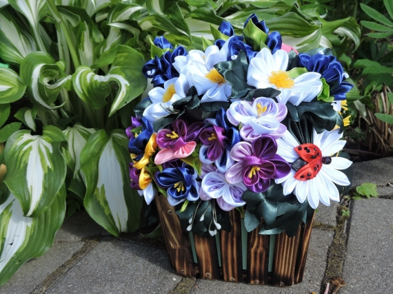 Цветы в лукошке