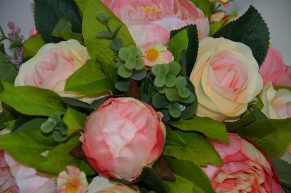 Композиция из пионов и роз