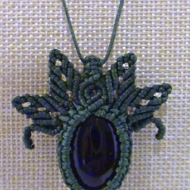 "Кулон ""Зеленая магия"" из Агата, плетеный в технике макраме"
