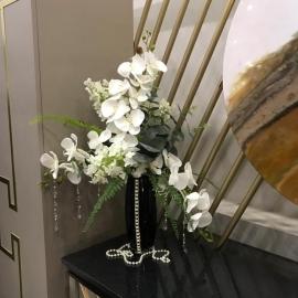 Настольная композиция с белой орхидеей