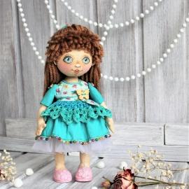 Куколка текстильная в бирюзовом платьице.
