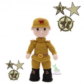 Солдат вязаная игрушка