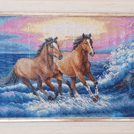 "Картина вышита бисером ""Лошади и брызги моря"""