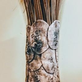 Ваза из керамических лепестков