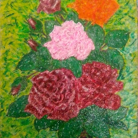 Розы в росе на траве.
