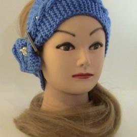 Повязка на голову  с украшением, вязаная василькового цвета.