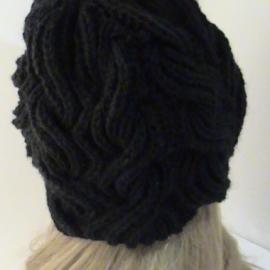Шапка черная вязаная из черной полушерсти крупной вязкой