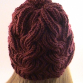 Шапка Зимняя вишня, вязаная из полушерсти крупной вязкой