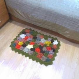 Коврик Оазис из разноцветных, связанных спицами цветочков