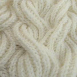 Шапка Метелица вязаная белая из полушерсти крупной вязкой