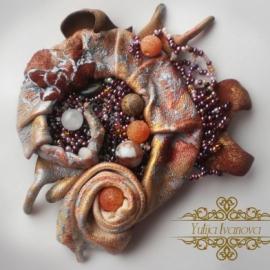 Комплект украшений из натуральной кожи, вышитый камнями и бисером