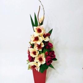 Композиция из бумажных цветов и конфет