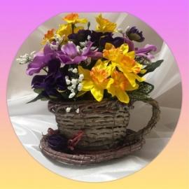 Цветочная композиция в плетенном кашпо (чашка)