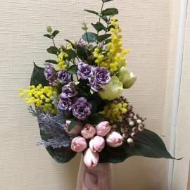 Настольная композиция с мелкой розой и тюльпанами
