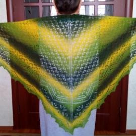 Вязанная треугольная шаль
