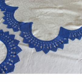 Скатерть шелковая обвязанная кружевом каймой ручной работы
