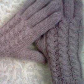 Вязаные перчатки с косами