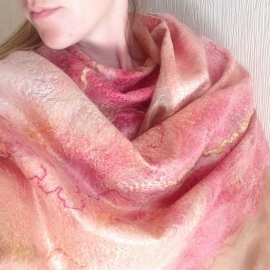 """Шёлковый валяный палантин """"Персико-розовый""""."""
